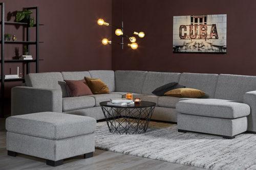 En flott stue malt med nordisk mørkbrun på veggen