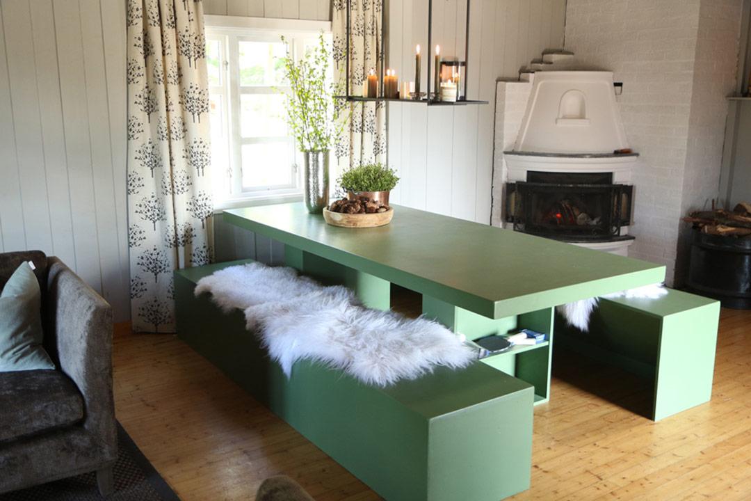 Spisebord og benker malt i grønn