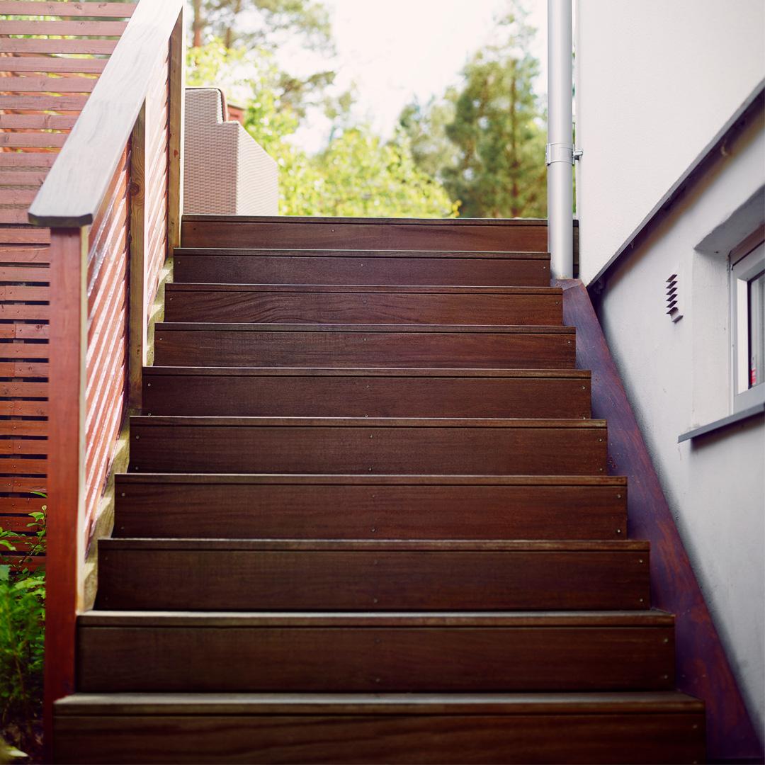 nybeiset trapp opp til terrassen ved sidena v huset